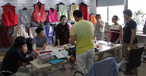 4位日本客户专程拜访秀和领带 洽谈定制领带合作条款
